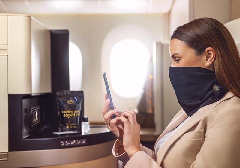 Etihad Airways ofrece una mascarilla de tejido antimicrobiano para reforzar la higiene en sus vuelos